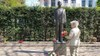 Journalist met zijn moeder terug naar de plek waarop zij in 1945 als klein meisje executies zag [video]