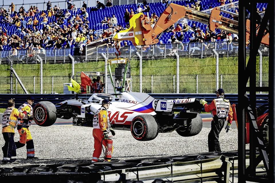 De wagen van Nikita Mazepin (Uralkali HAAS F1 Team) wordt weggetakeld tijdens de tweede vrije training op het circuit van Zandvoort.