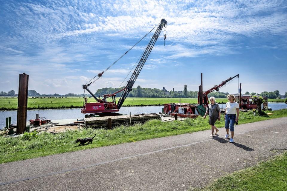 Heiwerkzaamheden in het Heemsteeds Kanaal voor een aanlegsteiger voor schip De Olifant.