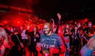 Zoenen, dansen, knuffelen en zingen in je eigen bubbel: het kon weer even tijdens het proefevenement in de Ziggo Dome. 'Ik kan wel janken, zo blij ben ik om hier te staan'