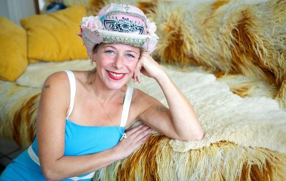 Lesley Kraaijeveld uit IJmuiden werd plotsklaps orgeldraaier, in een Hollands pakje, met een kort rokje en een diep decolleté