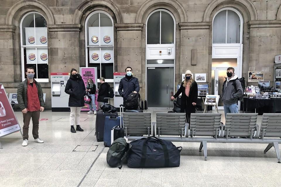 Julius met studiegenoten op het station in Newcastle.