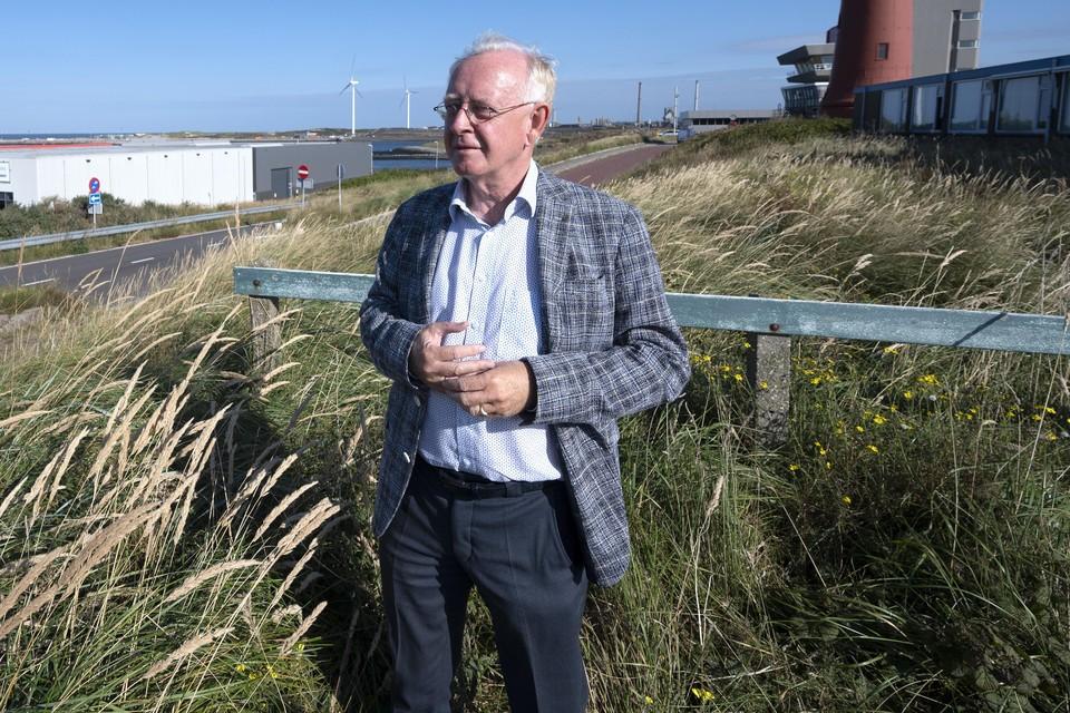 Ton van der Scheer kijkt uit over de IJmondhaven.