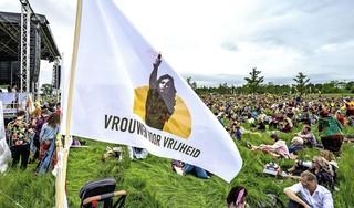 Manifestatie Vrouwen voor Vrijheid verloopt in bijna Woodstock-achtige sfeer. 'Wij zijn niet van de rellen' [video]