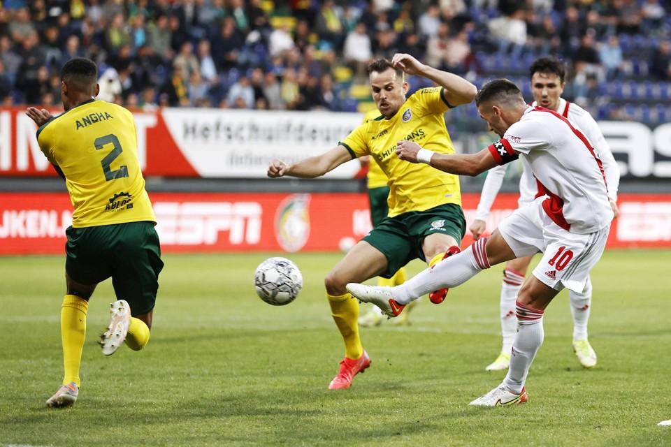 Vlnr: Martin Angha van Fortuna Sittard, Mats Seuntjens van Fortuna Sittard en Dusan Tadic van Ajax. Tadic scoort de 0-3.