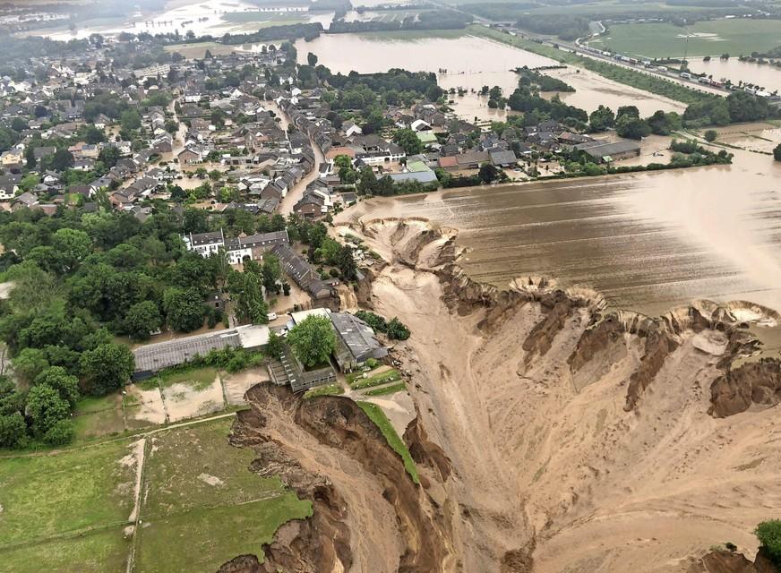 In het Duitse Blessem, deel van de gemeente Erftstadt, heeft het water een aardverschuiving veroorzaakt.