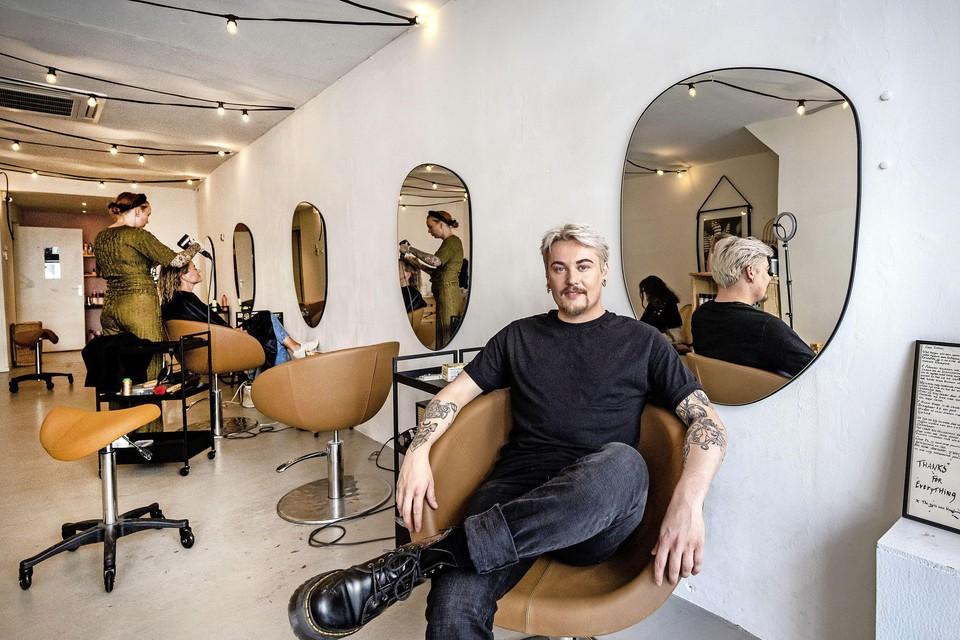 Bot in de stoel die hij huurt bij salon Draagbaar Haarlem