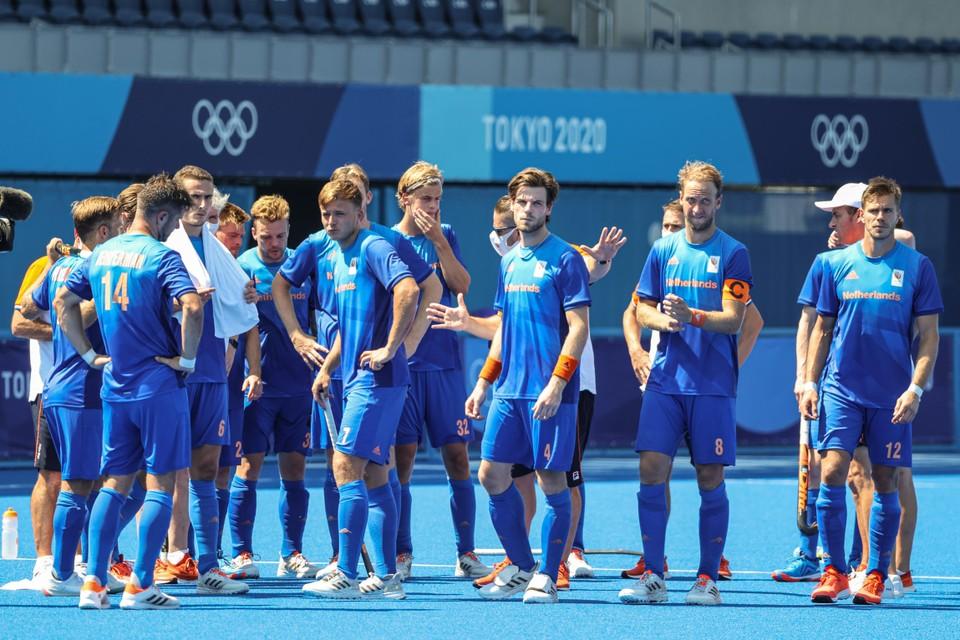 Spelers van Nederland balen na het verlies tijdens de kwartfinale hockey tegen Australie in het Oi Hockey Stadium op de Olympische Spelen van Tokio.