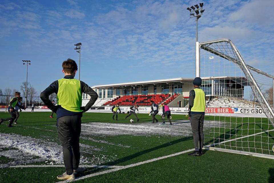 Training van AZ onder 13, deze week. De competities voor de jeugdteams liggen sinds oktober stil. Trainen mag wel voor de jeugd tot achttien jaar.