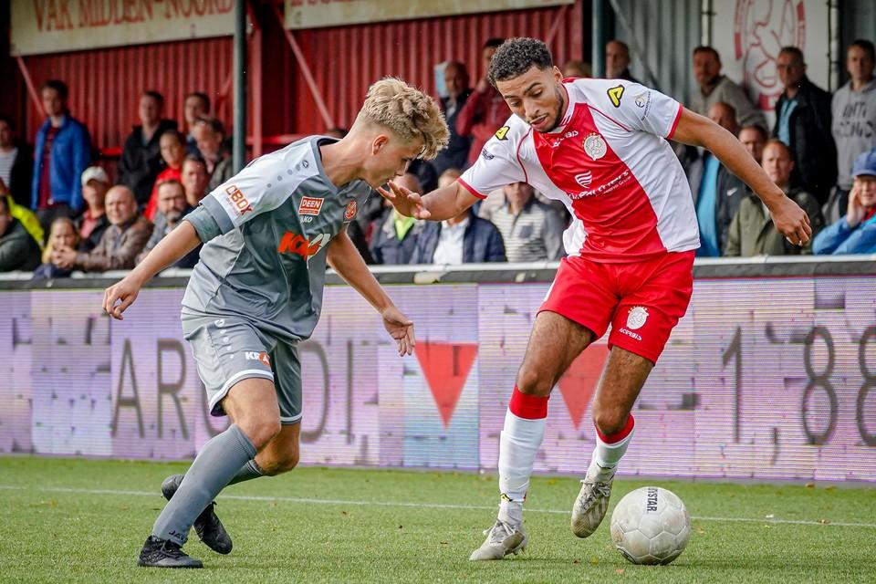 Achraf Douiri met IJsselmeervogels in actie tegen het beloftenelftal van zijn nieuwe werkgever, FC Volendam.