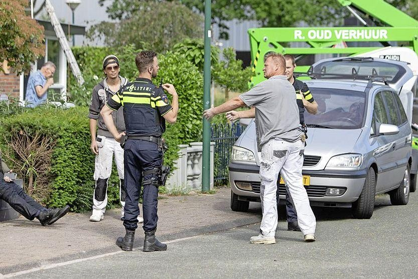 Ronald van Koot (r) heeft net samen met een collega de vrouw uit de sloot gehaald.