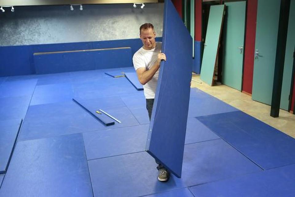 Voorzitter Robert Starreveld bouwt een tijdelijke mat in de dojo.