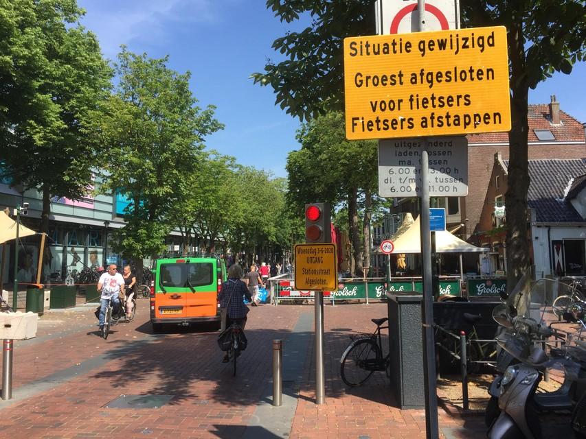 Ook op de Groest moeten fietsers afstappen sinds 1 juni. Veel Hilversummers zijn zich dat nog niet bewust blijkt woensdagmiddag.