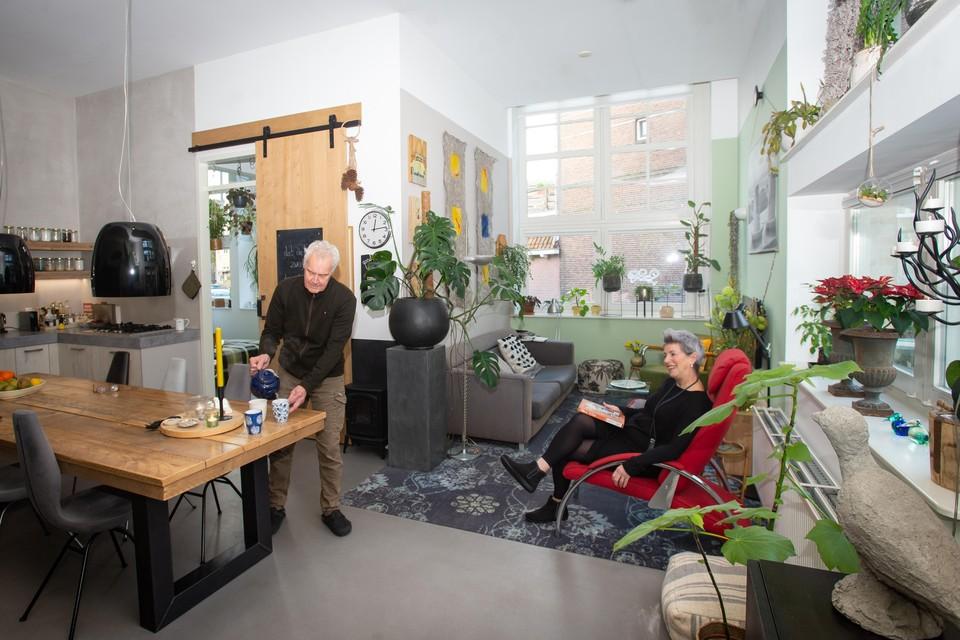 Norma Stroo en Ruud Baars in hun woning in de oude ambachtschool (Bijzonder Wonen) Hoofdfoto