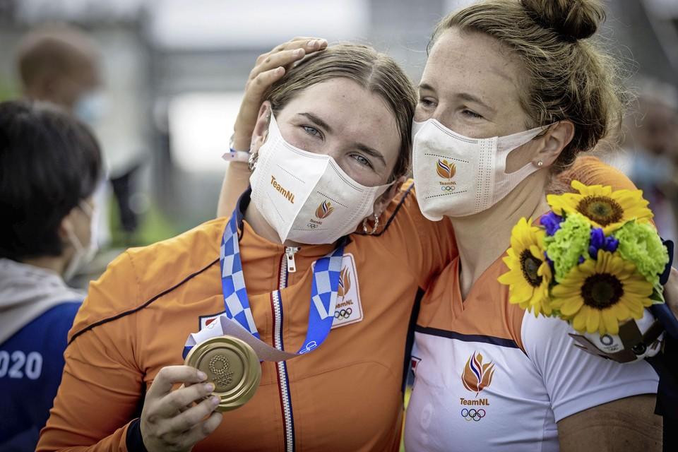 BMX'er Merel Smulders, winnares van olympisch brons, in een onderonsje met zus Laura.
