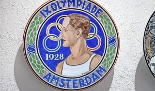 Tijdens de Spelen van 1928 in Amsterdam, dat 'een bron van zedelijk kwaad en een heidens spektakel' is, maakt de commercie zijn intrede