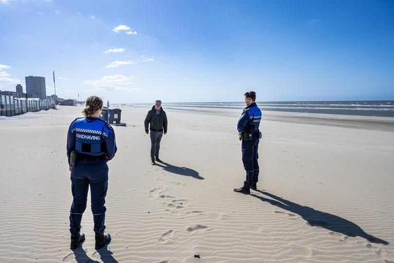 Handhaven in het centrum van Haarlem en op het strand van Zandvoort: 'Zou u op anderhalve meter willen blijven?'