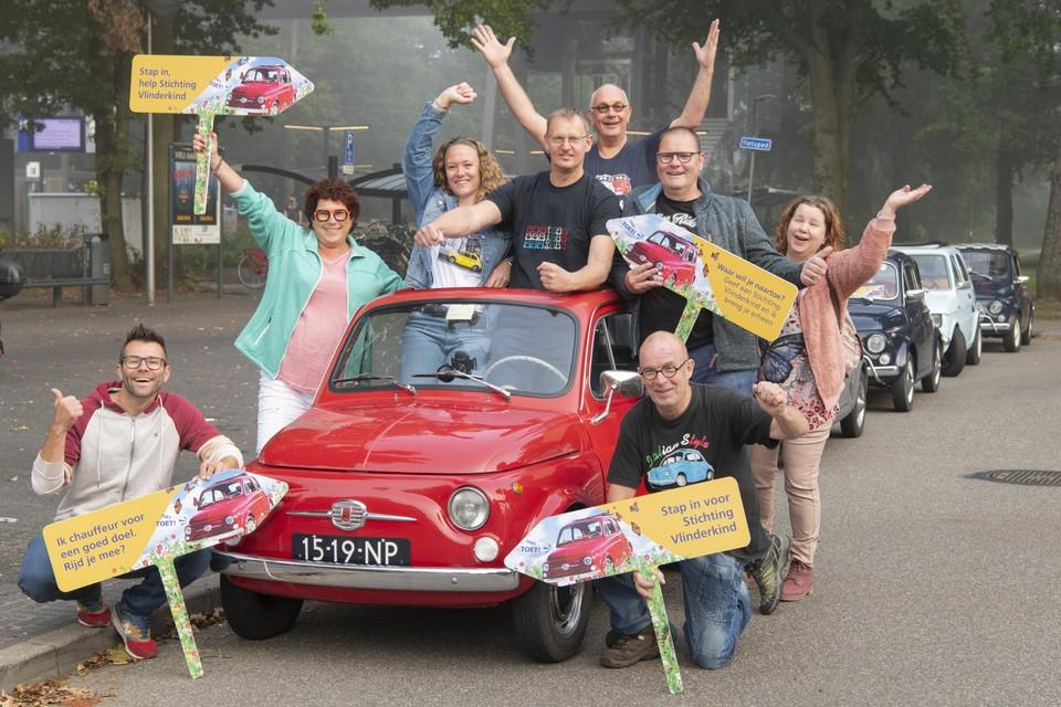 De Fiat 500-eigenaren die zaterdag geld ophalen voor Stichting Vlinderkind.