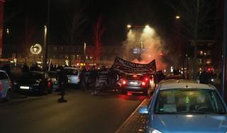 Veel vuurwerk bij illegale demonstratie in IJmuiden tegen coronamaatregelen [video]