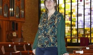Huizer dominee Geertje de Vries mist haar gemeenteleden en het persoonlijke contact; 'Ik heb iemand door het slaapkamerraam de zegen gegeven'| Serie over 1 jaar corona