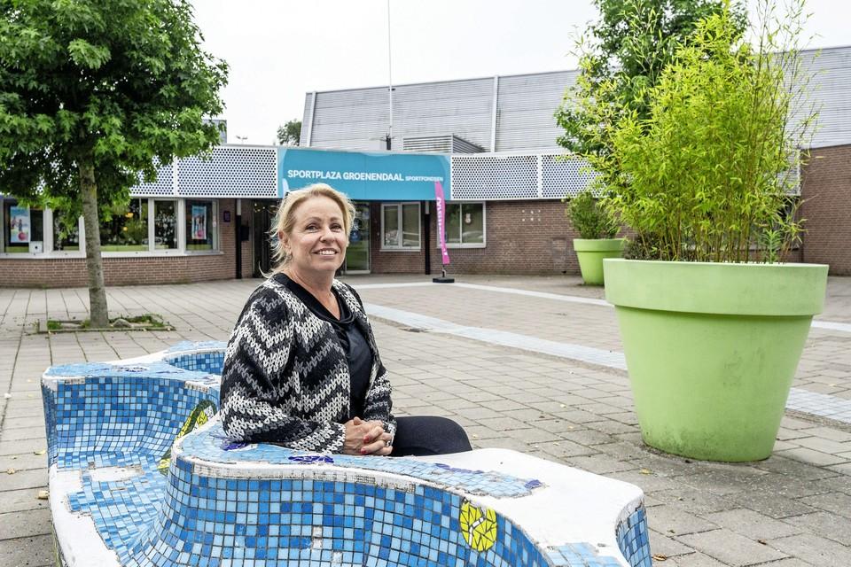 Anne van Akkeren voor het huidige binnenzwembad.