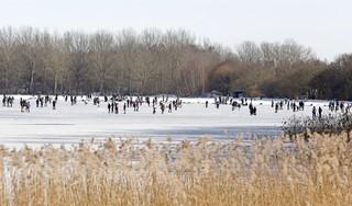 Dik ingepakte schaatsers en ontklede plonzers genieten zij aan zij van een ijzig Gooimeer. 'Wat een heerlijke dag, hè' [video]