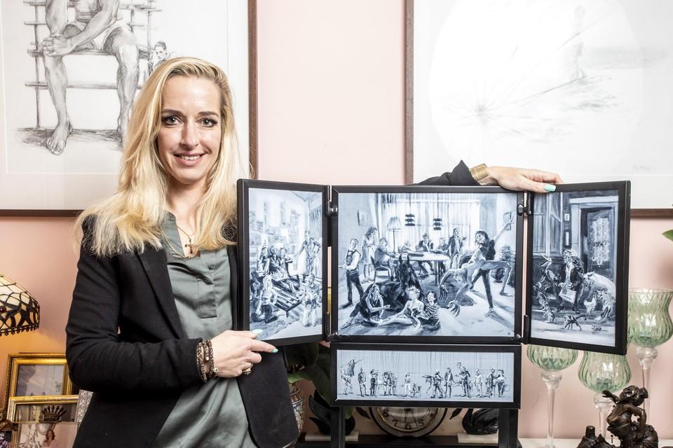 Kunstenaar Elisa Pesapane bij het miniatuurdrieluik dat ze maakte als portret van Arnon Grunberg