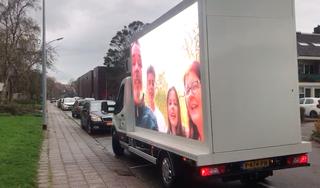 Menig traantje van blijdschap en ontroering in Spaarndam dankzij groot mobiel scherm met lieve boodschappen van vrienden en familie [video]