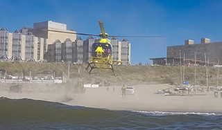 Traumahelikopter landt op strand Zandvoort