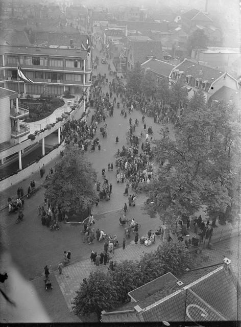 In afwachting van de bevrijders op het Gooilandplein.
