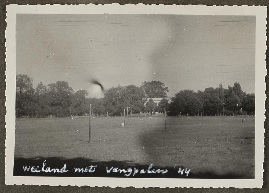 Valpalen in Haarlem tegen parachutisten in 1943.