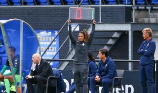 Alkmaarse scheidsrechter Shona Shukrula maakt debuut in betaald voetbal en smokkelt ouders mee het stadion in: 'Zij moesten erbij zijn'
