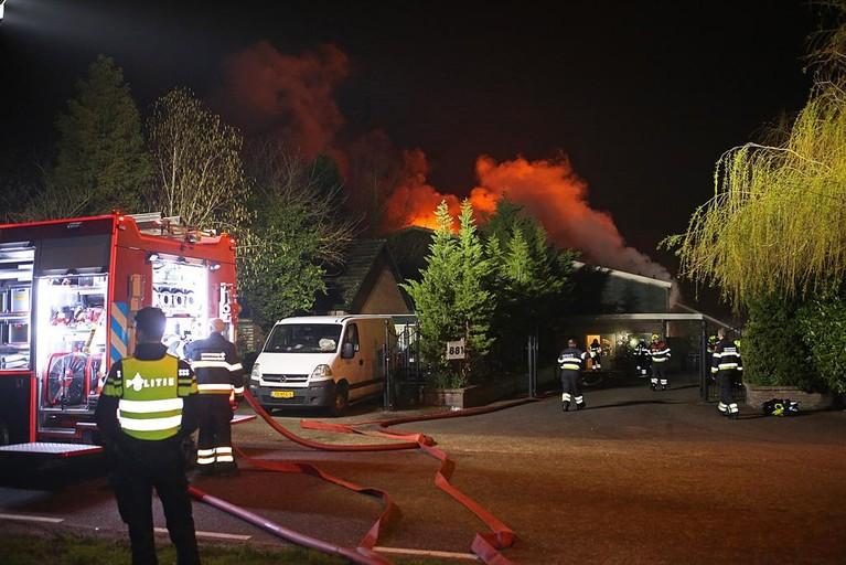 Vlammen slaan uit het dak bij grote brand in loods in Zwaanshoek [video][update]
