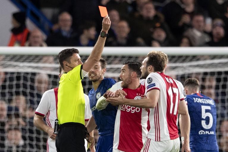Ajax pakt met negen man punt bij Chelsea: 4-4 [video]