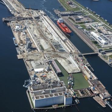 Grootste caisson ter wereld van nieuwe zeesluis IJmuiden zakt langzaam de grond in