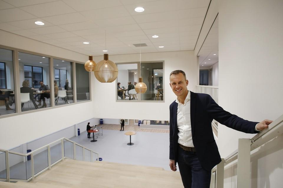 Rector Gerlof Boersma van het Erfgooiers College moet een eenrichtingsroute bedenken voor zijn nieuwe schoolgebouw.