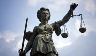 Stel dat verdacht wordt van elf jaar durende uitkeringsfraude, moet wachten op rechtszaak door zieke advocaat