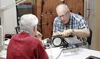 Repaircafé keert terug in Blaricum, Eemnes en Laren; 'Een strijkbout met een kapot draadje hoeft niet meteen weggegooid te worden. Wij repareren gratis'