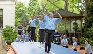 Sportclubs improviseren met coronabeperkingen soms wat af: jonge turnsters Vita 2000 trainen bij Baarns verzorgingshuis Holland