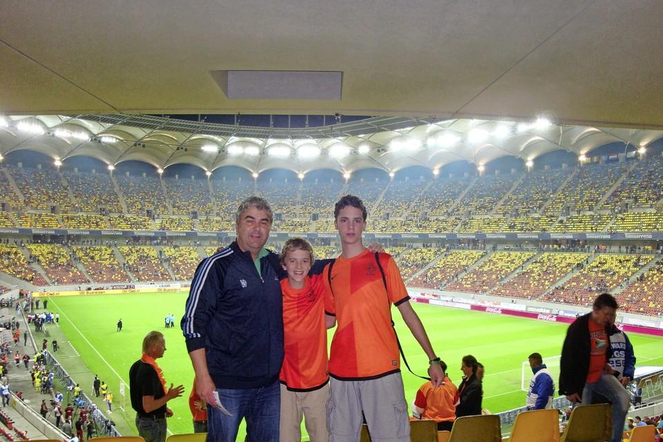 Hans Douw met zijn twee zonen tijdens een bezoek aan Roemenië-Nederland in het stadion van Boekarest.