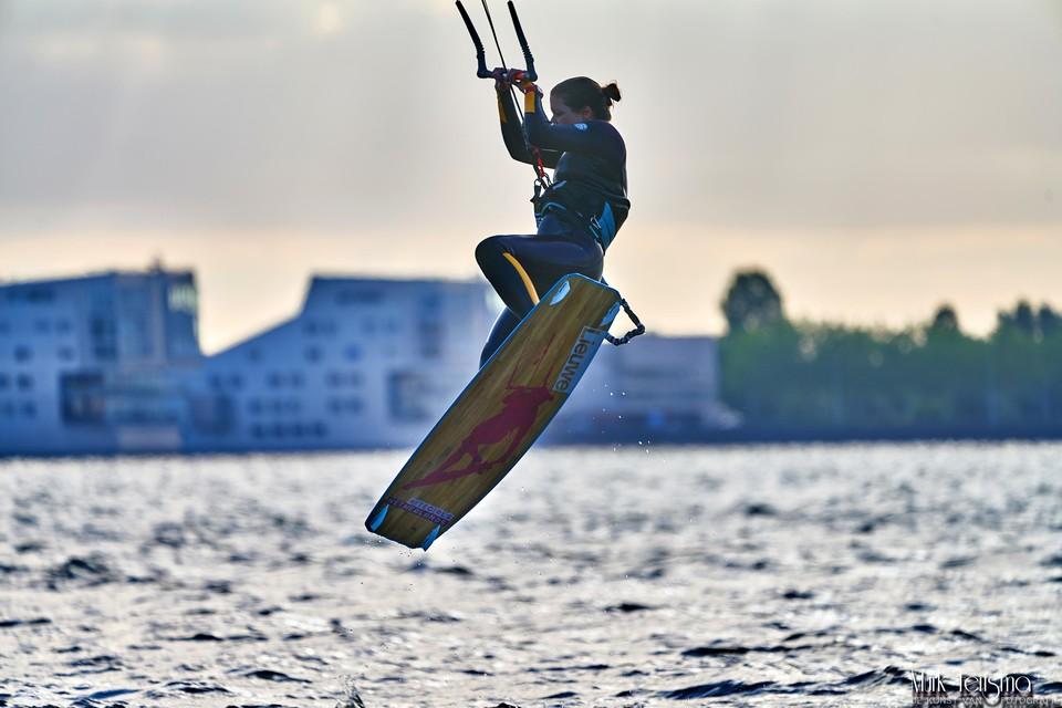 Een kitesurfer op het Gooimeer, op de achtergrond zijn de sfinxen van Huizen te zien.