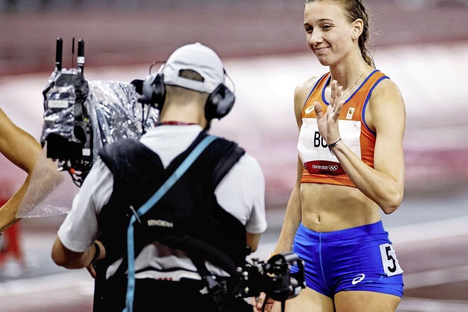 Femke Bol kijkt zelfverzekerd in de camera voor de start van de halve finale van de 400 meter horden.