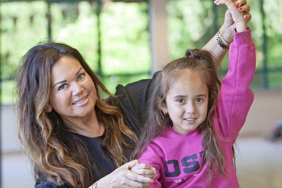 Danslerares Patty van Haasen maakt ook haar kleindochter wegwijs in de wereld van dans.