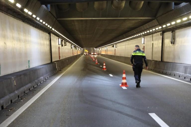 Botsing tussen lijnbus en auto op de A22, Velsertunnel afgesloten