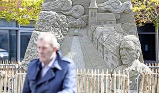 Worstelen met zand en regen; uitgeklede versie van Europees Kampioenschap Zandsculpturen levert toch zes prachtige kunstwerken op