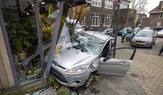Auto rijdt Saskia's bloemenstal binnen en richt veel schade aan: 'Vlak ervoor stond ik nog in die hoek, voor hetzelfde geld was ik er niet meer geweest'