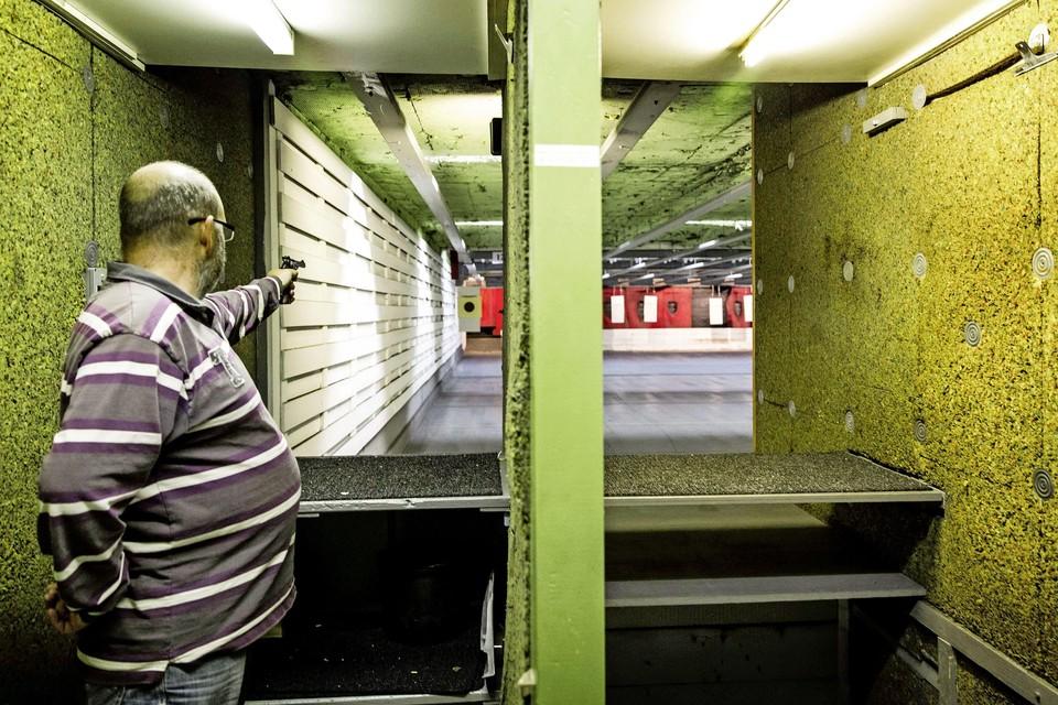 Een schutter in actie bij schietvereniging 't Groene Hart, waar Tristan van der Vlis lid was.