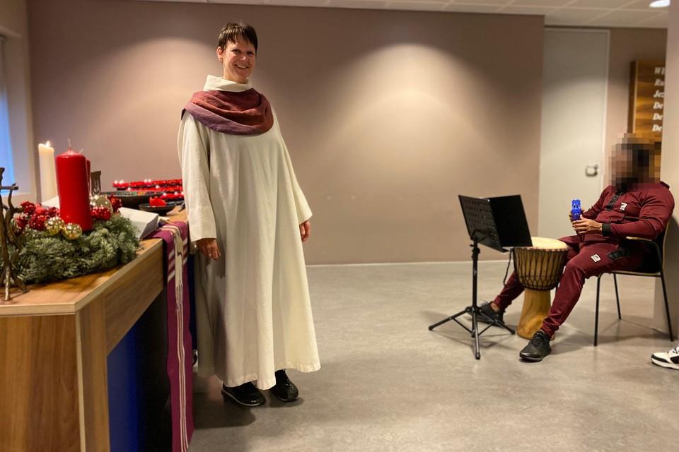Liduine Thorn tijdens een kerkdienst in justitieel complex Schiphol.