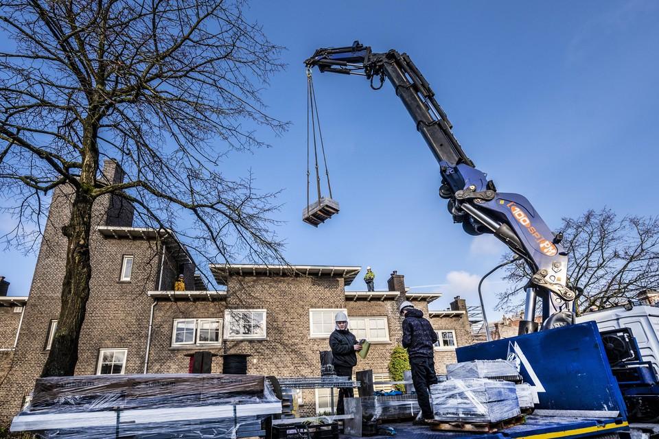 Bij de kleine woningcorporatie Rosehaghe, met 140 Rijksmonumentale woningen in de Hasselaersbuurt, moeten er voor de zomer op alle daken zonnepanelen liggen.