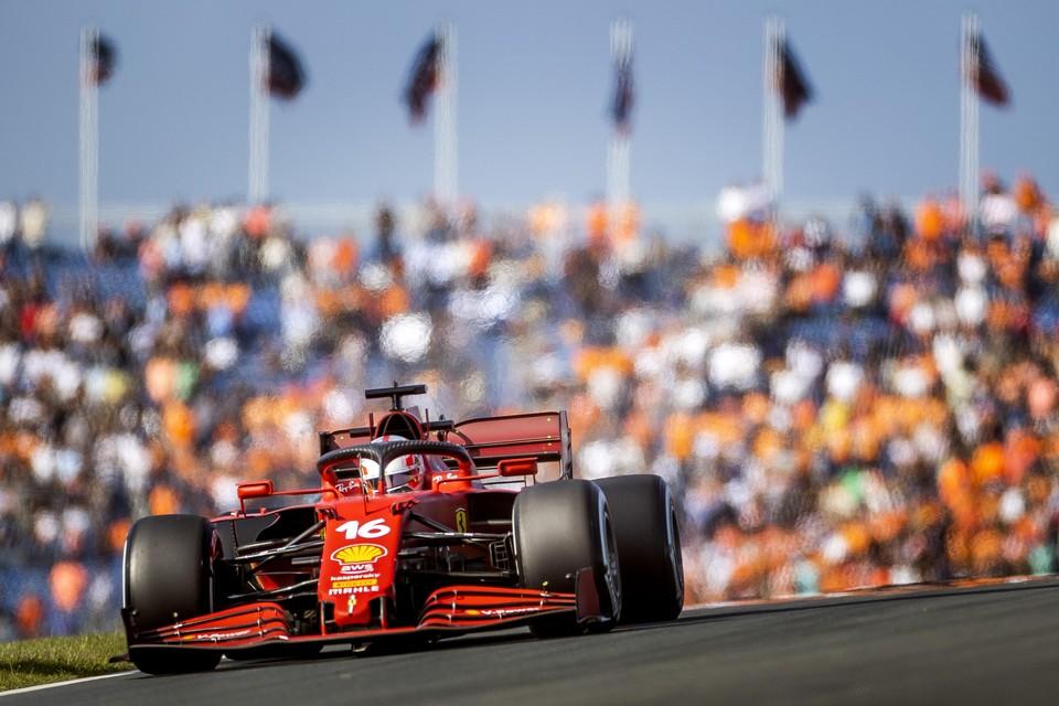 Charles LeClerc (Ferrari) door de Rob Slotemaker-bocht tijdens de eerste vrije training op het circuit van Zandvoort.